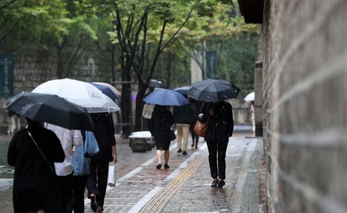 3·1절인 월요일(1일)에는 포근한 봄기운 속 전국에 비가 내릴 전망이다. /사진=뉴시스 DB