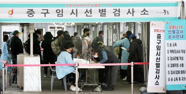 """코로나 감염생산지수 '1'로 완화… """"아직 재확산 위험 ↑"""""""