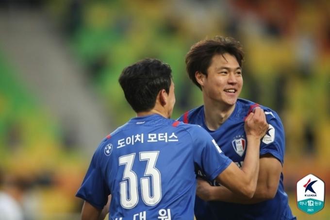 수원삼성 공격수 김건희(오른쪽)가 28일 수원월드컵경기장에서 열린 광주FC와의 '하나원큐 K리그1 2021' 1라운드에서 득점 후 동료의 축하를 받고 있다. (한국프로축구연맹 제공) © 뉴스1