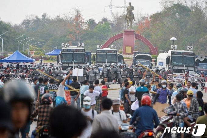 18일 (현지시간) 미얀마 네피도에서 군사 쿠데타를 규탄하는 시위대와 경찰이 대치를 하고 있다, © AFP=뉴스1 © News1 우동명 기자