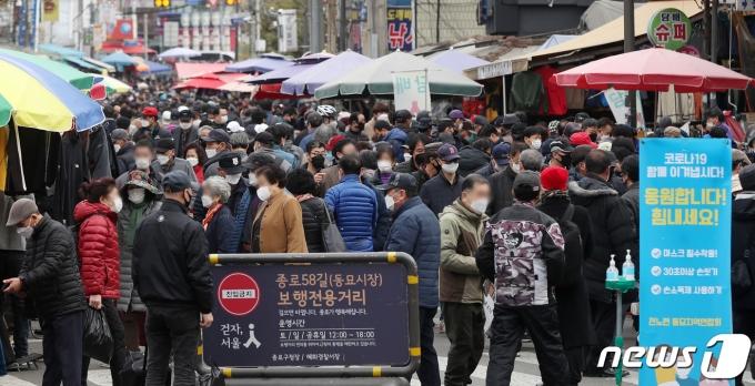 정부가 수도권 2단계, 비수도권 1단계인 현행 사회적 거리두기를 오는 3월 1일부터 14일까지 2주간 유지한다./뉴스1 © News1 민경석 기자