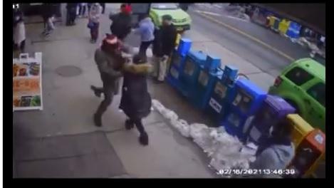 지난 16일(현지시각) 오후 2시께 미국 뉴욕시의 한 빵집 앞에서 52세 중국계 여성이 한 남성에게 폭행을 당하고 있다./사진=트위터 캡처