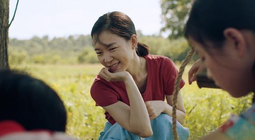 오는 3일 한국 개봉을 앞둔 영화 '미나리'가 골든 글로브 시상식에서 최우수 외국어 영화상을 수상해 세계적인 관심을 받고 있다. /사진=네이버 영화