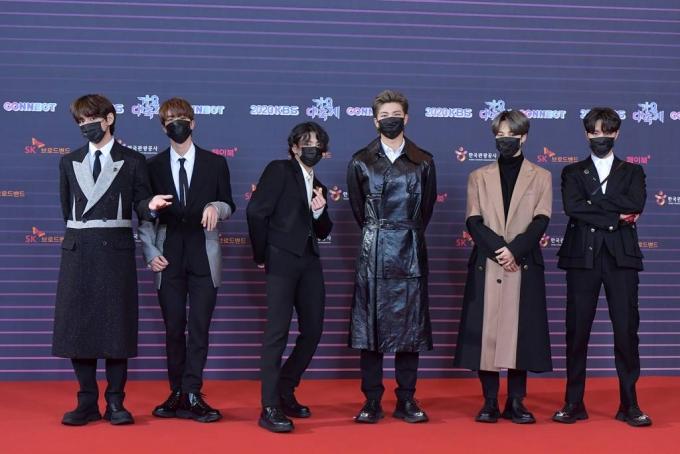 방탄소년단(BTS)이 지난해 12월18일 KBS에서 열린 '2020 KBS 가요대축제'에 참석해 포즈를 취하고 있다. / 사진제공=KBS