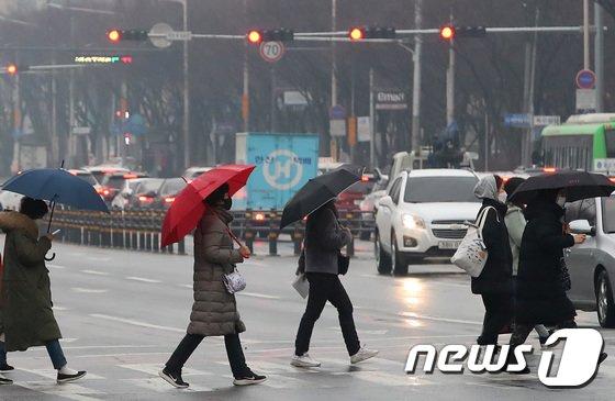 화요일인 2일은 전날 내리기 시작한 비가 대부분 지역에서 그치지만 강원 영동과 경북 동해안은 비가 오후까지 이어질 것으로 보인다./사진=뉴스1