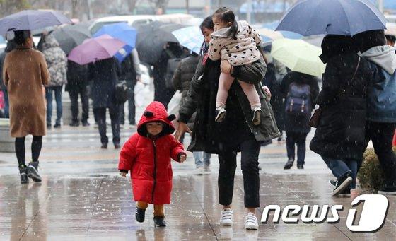 화요일인 오늘은 전날 내리기 시작한 비가 대부분 지역에서 그치지만 강원 영동과 경북 동해안은 비가 오후까지 이어질 것으로 보인다./사진=뉴스1