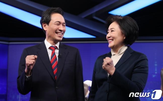 더불어민주당 서울시장 예비후보 박영선(오른쪽), 우상호가 지난달 25일 KBS 방송 토론회에 앞서 기념사진을 찍고 있다. /뉴스1·국회사진취재단