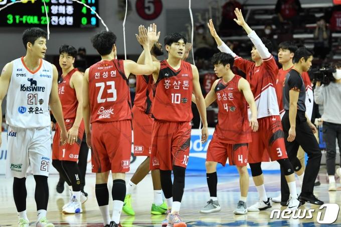 프로농구 안양 KGC 선수들이 1일 안양실내체육관에서 열린 인천 전자랜드와의 2020-21 현대모비스 프로농구 경기에서 승리 후 기뻐하고 있다. (KBL 제공) © 뉴스1