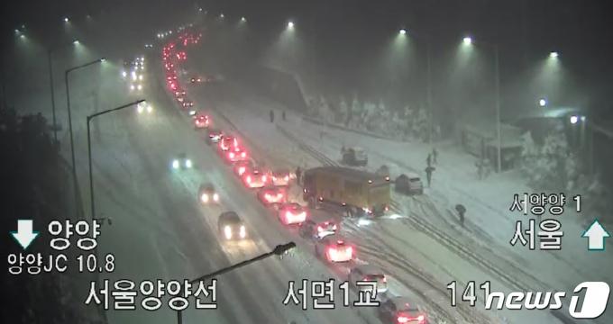 삼일절 연휴 마지막 날인 1일 미시령에 '43.4㎝'의 기습폭설이 내리는 등 많은 눈이 내리면서 동해고속도로 일부 구간의 차량통행이 전면 통제됐다. 전면통제 조치가 내려지면서 해당 구간에는 귀경 차량 수백대가 고립됐다. 한국도로공사 강원지역본부에 따르면 1일 오후 4시40분쯤 동해고속도로 속초IC와 북양양IC 구간 진입이 폭설 여파로 1차 통제됐다. 이어 오후 5시50분에는 이들 구간에 대한 전면통제 조치가 내려졌다. 1일 오후 서울 양양선 서면 1교 부근에 차량들이 정체돼 있다. (한국도로공사 CCTV 캡쳐) 2021.3.1/뉴스1