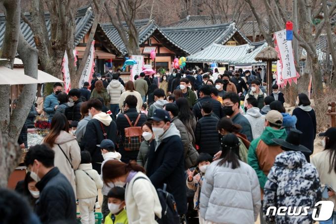 전국 대부분의 지역이 포근한 봄 날씨를 보인 가운데 지난달 2월 28일 오후 경기도 용인 한국민속촌을 찾은 시민들이 나들이를 즐기고 있다. /뉴스1 © News1 구윤성 기자