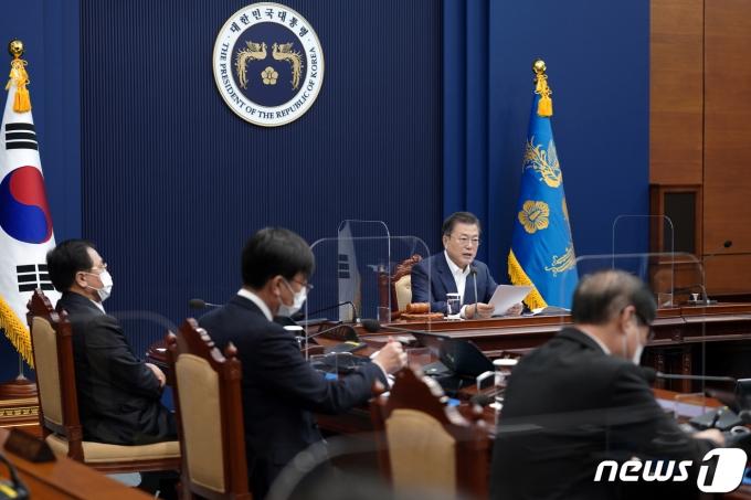 문재인 대통령이 16일 청와대에서 열린 제7회 국무회의에서 발언하고 있다. 2021.2.16/뉴스1 © News1 이광호 기자