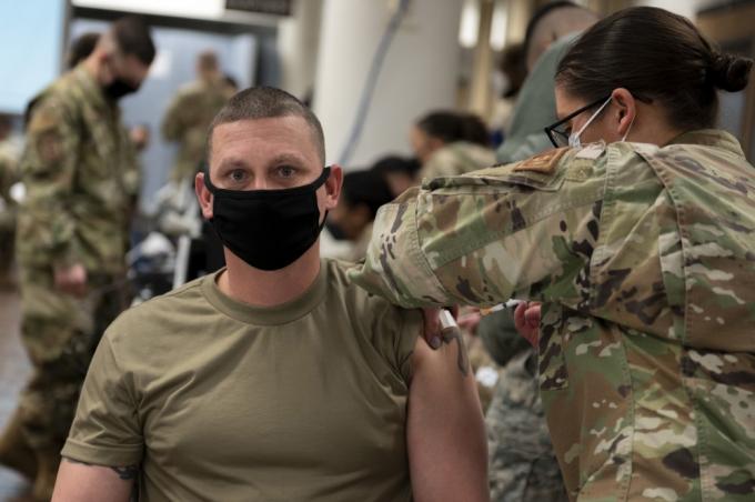 오산 공군 기지 소속 주한미군 1명이 코로나19 확진 판정을 받았다. 사진은 지난해 12월 오산 공군 기지에서 주한미군 장병들이 코로나19 백신을 맞는 모습. 사진 속 장병들은 기사 내용과 관련 없음. /사진=주한미군