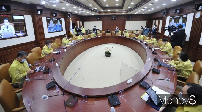 [머니S포토] 정 총리, 코로나19 대응 중앙재난안전대책본부 회의 주재