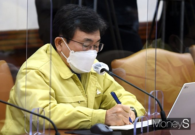 [머니S포토] 정세균 총리 발언 메모하는 권덕철 장관