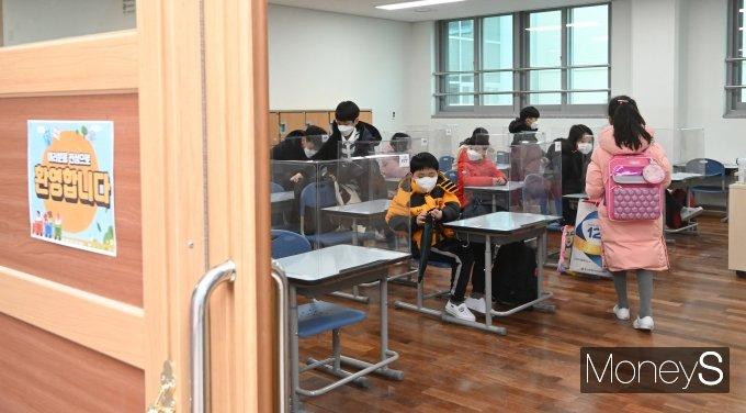 [머니S포토] 2021학년도 초·중·고교 신한기 첫 등교