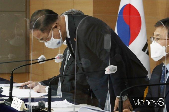 [머니S포토] 브리핑 전 인사하는 홍남기 부총리