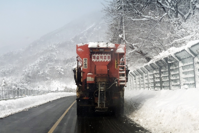 강원 영동에 내린 폭설로 교통사고가 발생한 가운데 2일 오후까지 눈이 계속 내릴 전망이다. 사진은 2일 오전 강원도 양양군의 한 도로에서 제설작업이 진행되고 있는 모습. /사진=뉴스1