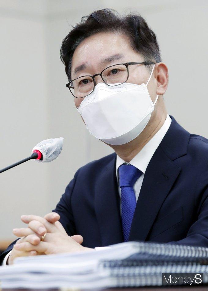 박범계 법무부 장관이 윤석열 검찰총장을 만나 중수처 설치 등에 대한 의견을 들을 의사가 있다고 밝혔다. /사진=임한별 기자