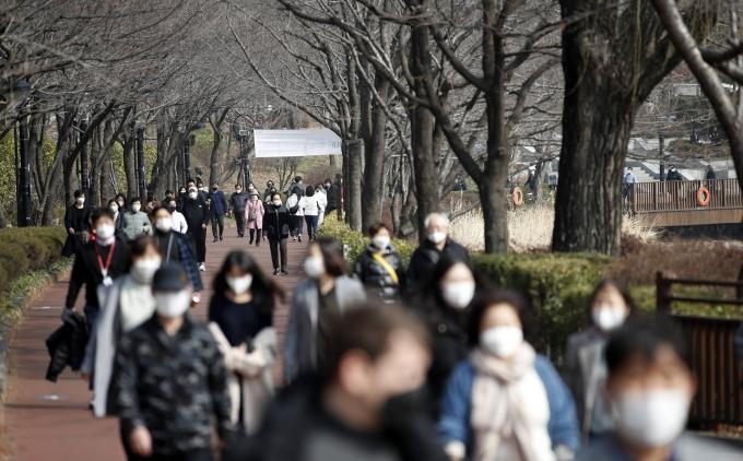 수요일인 3일 전국 아침 기온이 영하권으로 떨어지는 가운데 낮부터 추위가 풀릴 예정이다. 사진은 서울 송파구 석촌호수의 모습. /사진=뉴스1