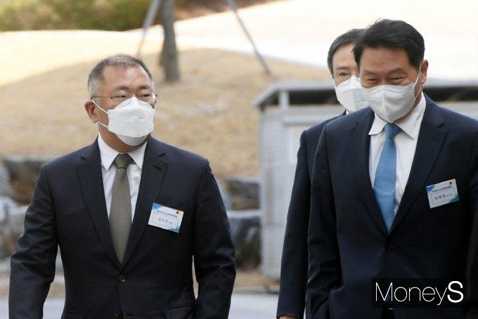 (왼쪽부터) 정의선 현대차그룹 회장과 SK그룹 최태원 회장은 수소경제 협력을 약속했다. /사진=장동규 기자