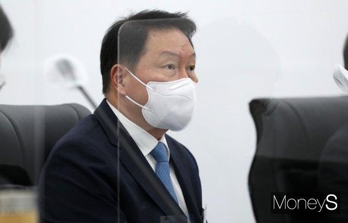 [머니S포토] 정세균 총리 발언 경청하는 최태원 회장