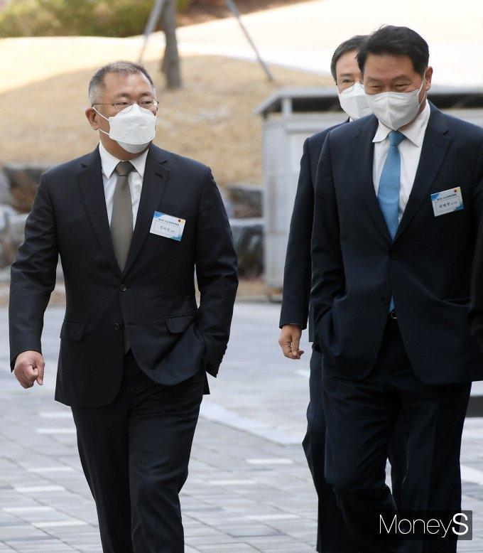 [머니S포토] 나란히 걷는 정의선·최태원 회장