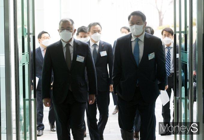[머니S포토] 수소경제위원회 참석하는 정의선 회장·최태원 회장