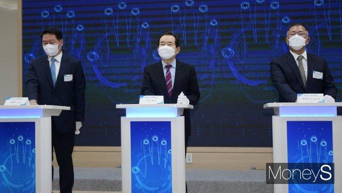 [머니S포토] 핸드 프리팅하는 정세균 총리·최태원 회장·정의선 회장
