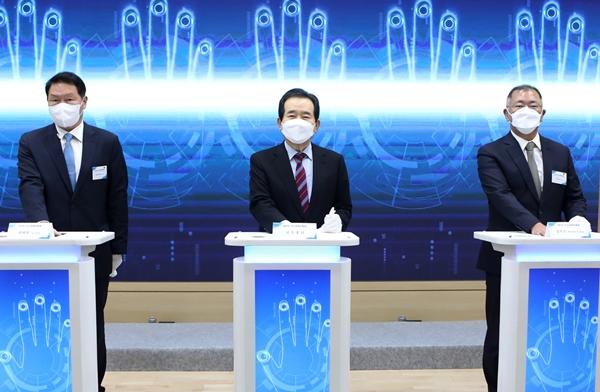 (왼쪽부터)최태원 SK그룹 회장과 정세균 국무총리, 정의선 현대차그룹 회장이 2일 인천시 수소산업기반구축 MOU 체결식에 참석하고 있다. /사진=SK