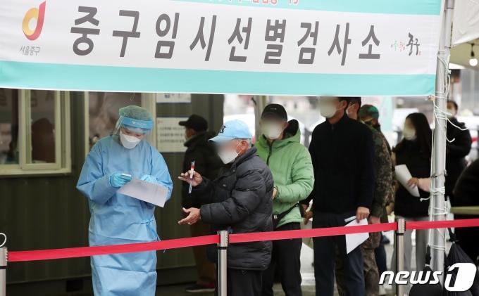 2일 서울역 광장에 마련된 코로나19 임시선별진료소에서 시민들이 검사를 받기 위해 줄 서서 대기하고 있다.  2021.3.2/뉴스1 © News1 김진환 기자