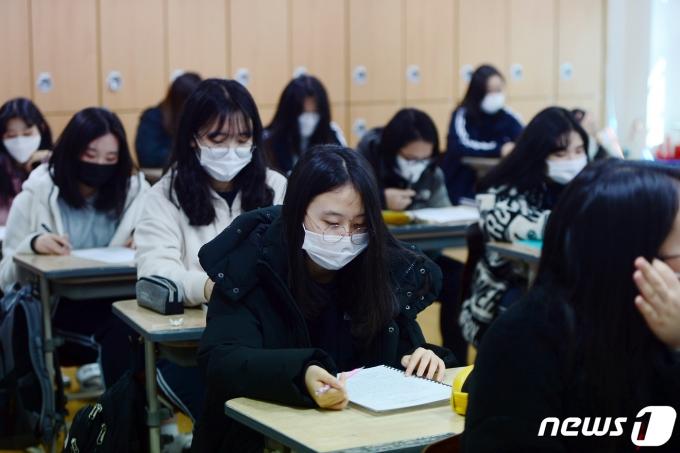 2021학년도 새 학기 개학날인 2일 오전 광주 광산구 비아고등학교에서 한 학생이 수업에 몰두하고 있다. 2021.3.2/뉴스1 © News1 정다움 기자