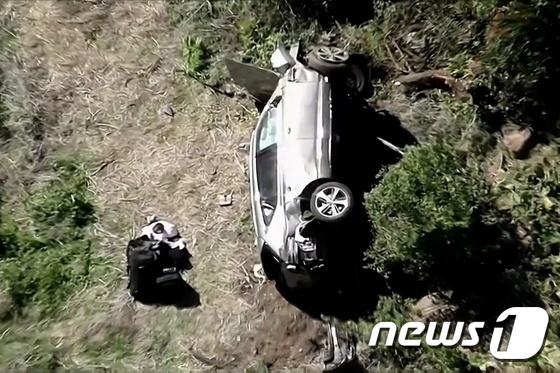 23일(현지시간) 교통사고로 전복된 타이거 우즈의 차량. © 로이터=뉴스1