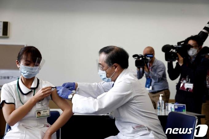 17일 (현지시간) 도쿄 의료센터에서 의료 종사자가 화이자·바이오엔테크 코로나19 백신을 접종받고 있다. © AFP=뉴스1 © News1 우동명 기자
