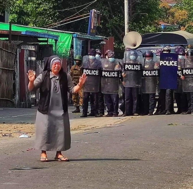 안 로사 누 타웅 수녀가 무장한 경찰들 앞에서 울음을 터트리며 시위대에 사격을 하지 말아달라고 호소하고 있다. (찰스 마웅 보 추기경 트위터 갈무리/뉴스1)