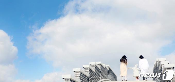 2일 전북 전주시 덕진공원에서 맑아진 날씨에 산책을 나선 시민들이 연화교 계단을 오르고 있다. 2021.3.2/뉴스1 © News1 유경석 기자