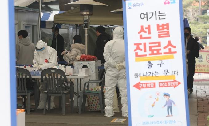 국내 코로나19 신규 확진자가 3일 0시 기준 444명 발생한 가운데 나흘 만에 다시 400명대를 기록했다. 사진은 서울 송파보건소 선별진료소의 모습. /사진=뉴스1