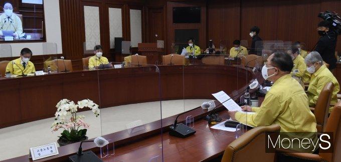 [머니S포토] 제31차 비상경제 중앙대책본부 회의 주재하는 홍남기