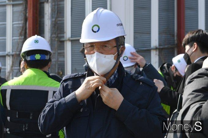 [머니S포토]용산 정비창 부지 정화사업 현장, 안전모 착용하는 '김종인'