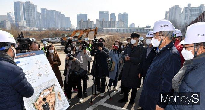 [머니S포토] 김종인 비대위, 용산역세권개발부지 정화사업 설명에 집중