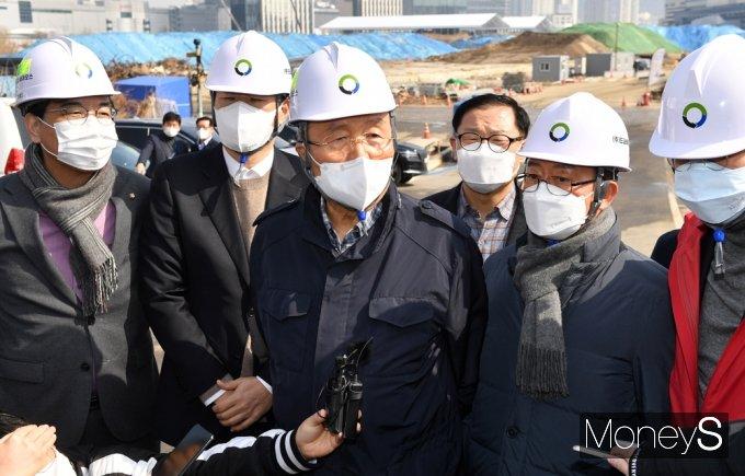 [머니S포토] 용산 정비창 부지 정화사업 현장 찾은 김종인, 취재진 질문에...
