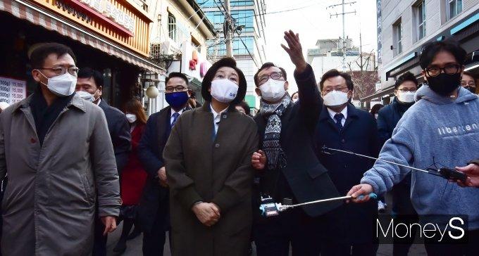 [머니S포토] 4.7 재보궐 관련 용문시장 찾은 '박영선'