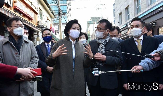 [머니S포토] 서울 용문시장 찾은 박영선 민주당 후보