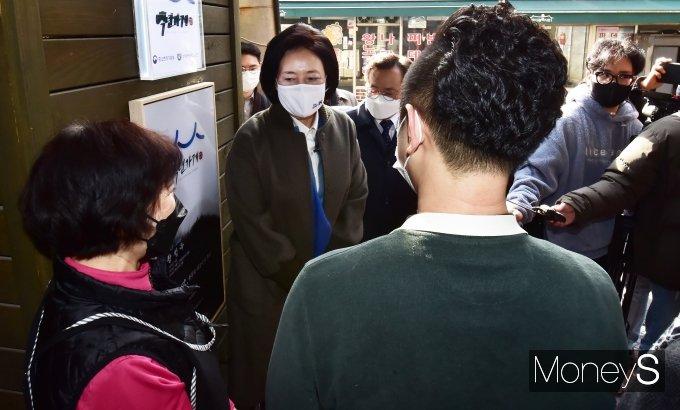 [머니S포토] 민주당 박영선, 백년가게 찾은 가운데...