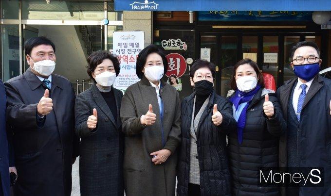 [머니S포토] 전통시장 찾은 박영선, 엄지척! '영선아 시장가자'