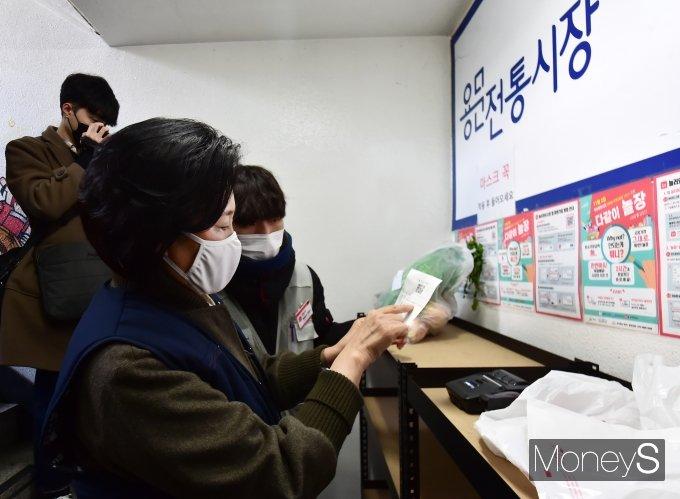 [머니S포토] 1일 장보기 픽업매니저 박영선, 물품배송 앞서 한번더 확인!