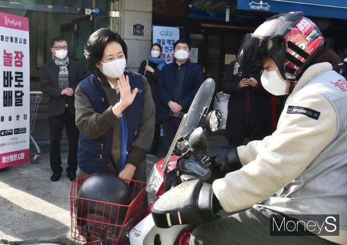 """[머니S포토] 1일 장보기 픽업매니저 박영선 """"조심히, 안전운전하세요"""""""