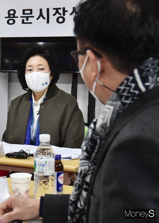 [머니S포토] 상인연합회 고충듣는 민주당 '박영선'