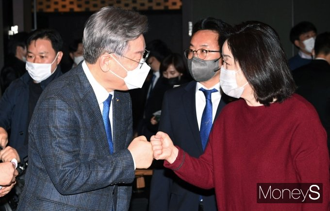 [머니S포토] 경기지역 국회의원 정책협의, 인사 나누는 이재명과 심상정