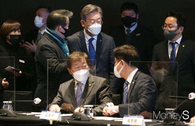 [머니S포토] 회의장 들어서는 이재명 경기지사