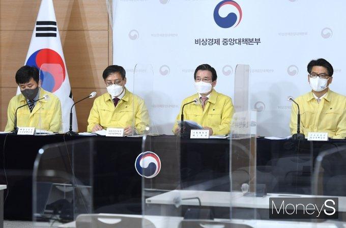 [머니S포토] 김용범 기재부 차관, 비상경제 중대본 브리핑